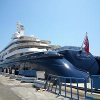 Lo yacht dell'emiro del Qatar arriva a Napoli<br />eccolo ancorato al molo Pisacane