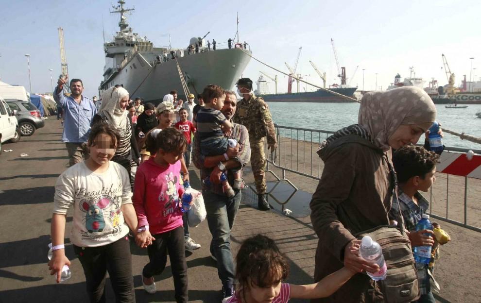 Immigrazione, sbarcati a Salerno oltre 1.400 profughi