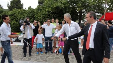 Malagò show a Napoli: dal Subbuteo alla boxe, dalla scherma al tennis, le prova tutte