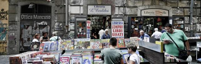 La cultura in saldo, svendita di libri  e arredi da Guida a Port'Alba   Foto