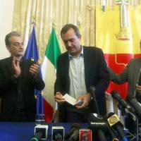 """De Magistris, primo giorno da sindaco sospeso: """"L'Italia è una democrazia malata"""""""