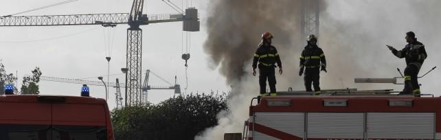 In fiamme il campo rom   foto   del Parco della Marinella