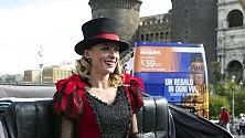 """La bella Serena Autieri  """"sciantosa"""" sul lungomare"""