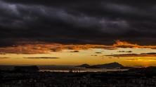 Napoli e i suoi  effetti speciali  il tramonto  sembra una gouache