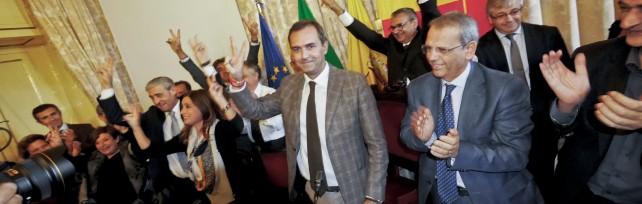 De Magistris torna a fare il sindaco  il Tar accoglie il suo ricorso      Applausi, abbracci e lui mostra l'ordinanza Foto