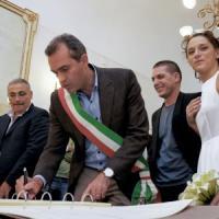 De Magistris celebra il matrimonio tra la scrittrice Valeria Parrella e
