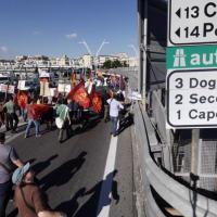 Jobs Act, il corteo blocca la Tangenziale