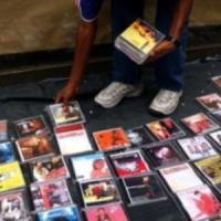 Clan Mazzarella: pizzo su cd e dvd contraffatti, cinque arresti
