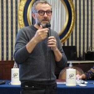 """Bottura, lo Steve Jobs dei superchef stregato da Napoli: """"Qui c'è bellezza in ogni angolo, trovate spazio per la poesia nella vostra vita"""""""