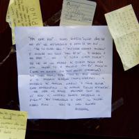 Pino Daniele, i fan scrivono biglietti con i versi delle sue canzoni e li attaccano sulle case dei familiari napoletani