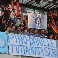 Cesena-Napoli, allo stadio tanti striscioni per Pino Daniele