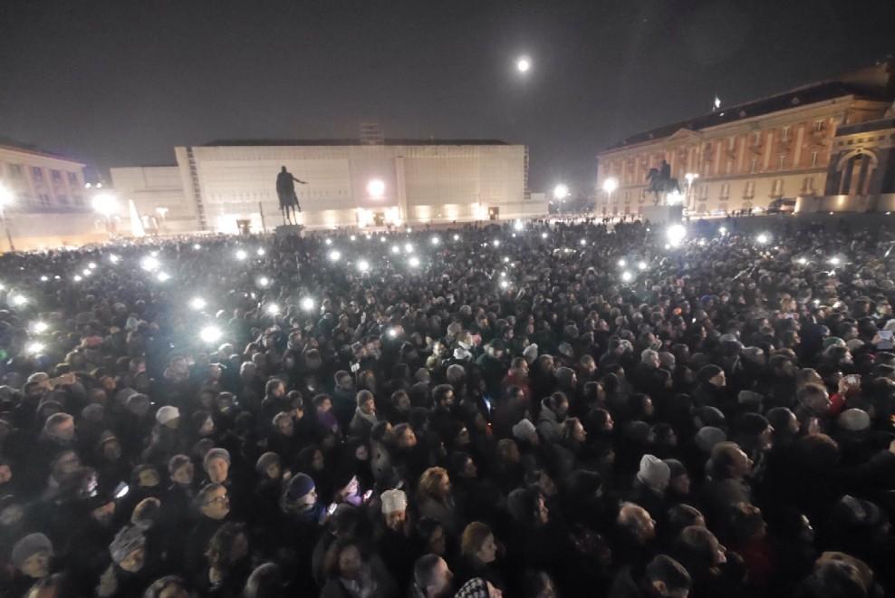 Napoli, in centomila al flash mob per Pino Daniele