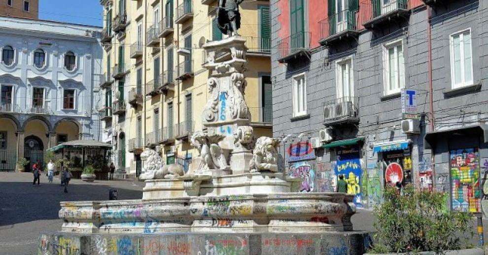 Volontari ripuliscono la fontana di via Monteoliveto