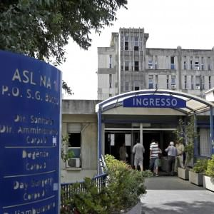 """""""Mio figlio con l'influenza, morto per il freddo in ospedale"""": Napoli, dopo la denuncia scattano gli avvisi di garanzia"""
