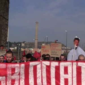Bagnoli, in corteo per chiedere bonifiche e sviluppo. Durissimi slogan contro Renzi