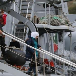 Immigrazione, sbarcati a Salerno 319 profughi
