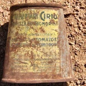 """""""Tomatoes Cirio presso Napoli"""": uno scavo in Egitto restituisce due scatole del 1923 sepolte da quasi un secolo in un antico villaggio"""