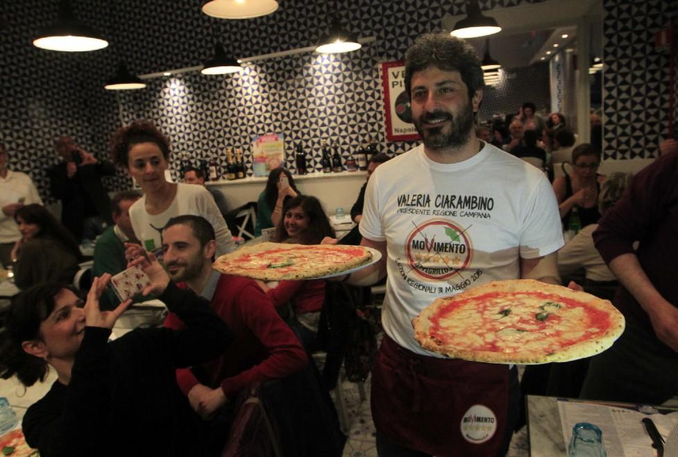 Luigi Di Maio e Roberto Fico camerieri in pizzeria