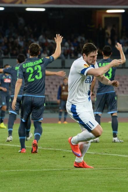 Il gol del Dnipro con due giocatori in netto fuorigioco ...