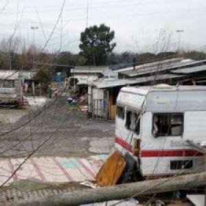 Bimba di 2 anni tocca un cavo elettrico abusivo nella baraccopoli rom di Giugliano e muore folgorata