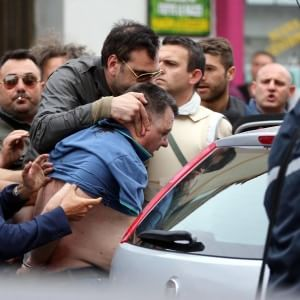 Napoli, armato di fucile si barrica in casa e uccide quattro persone tra cui la cognata e il fratello. Almeno sei i feriti