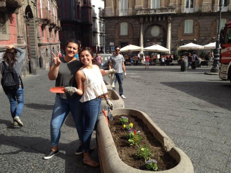 Volontari di Cleanap ripuliscono le aiuole di piazza San Domenico Maggiore