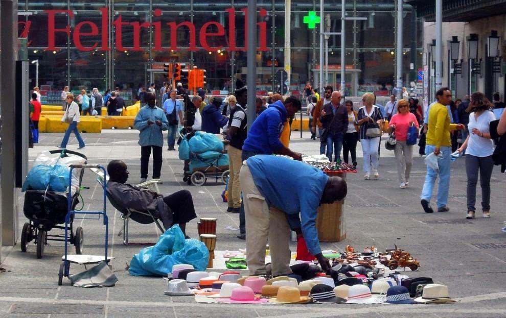 Cd, dvd, abiti, occhiali, orologi: supermarket del falso in piazza Garibaldi, blitz dei vigili