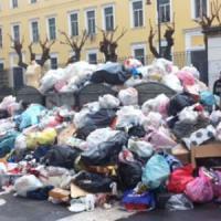Strade invase dai rifiuti a Castellammare, protestano i commercianti