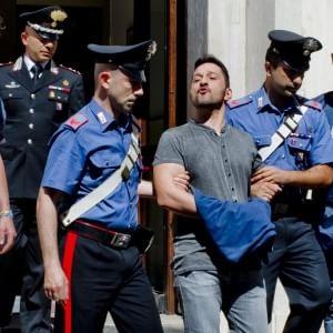 Napoli, arrestano il boss latitante Luigi Cuccaro: la folla tenta di impedire la cattura