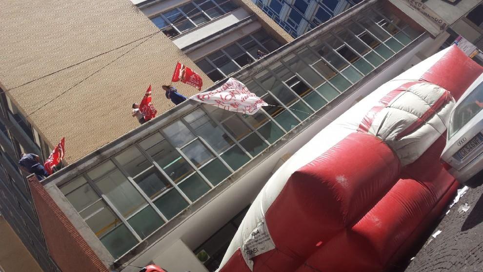 Via De Gasperi, protesta sul tetto del catasto - 1 di 1 ...