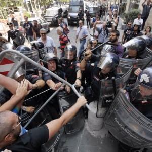 Napoli, proteste e cori contro Salvini. La polizia carica
