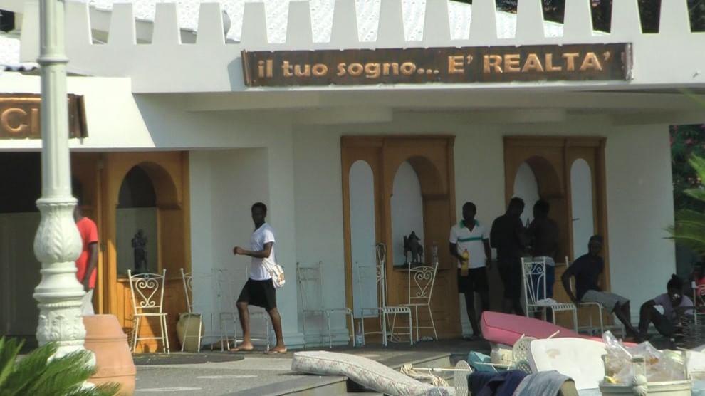 Proteste nel centro di accoglienza Hotel di Francia a Licola