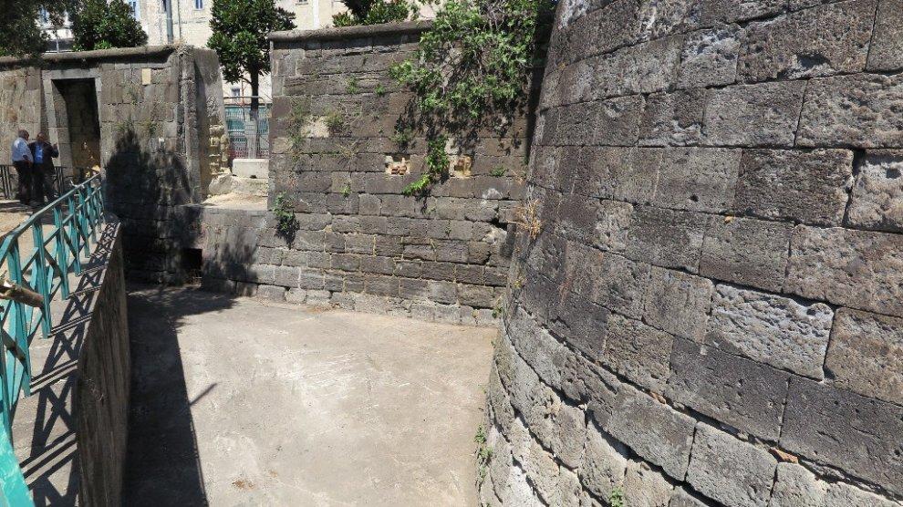 Pulizia delle Torri aragonesi, raccolti mille quintali di immondizia in una settimana