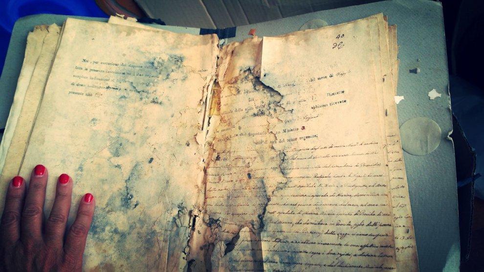 Procida, spuntano gli archivi dell'Ottocento in una cella dell'ex carcere
