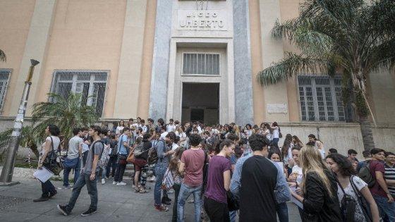 Primo giorno di scuola al liceo umberto studenti in for Liceo umberto palermo