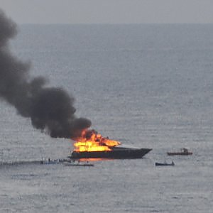 Napoli in fiamme lo yacht di de laurentiis illesi a for Il canotto a bordo degli yacht