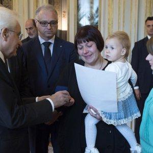 """Medaglia d'oro alla vedova di Anatolij. Mattarella: """"E' stato un eroe, ha combattuto ed è morto per la libertà di tutti"""""""