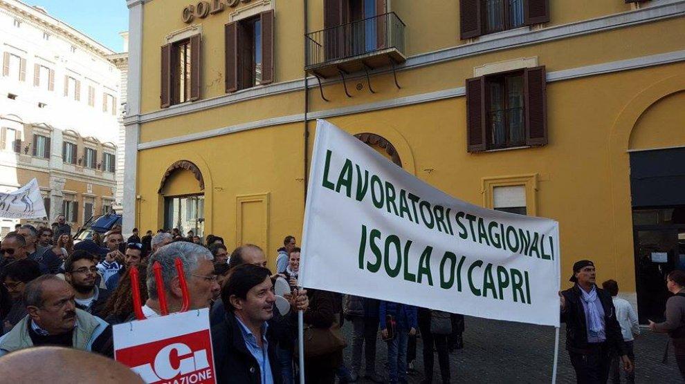 Turismo lavoratori stagionali campani in piazza a for Piazza montecitorio 12