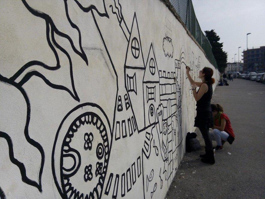Disegni Murales Per Bambini.Barra Dai Disegni Dei Bambini A Un Grande Murales Per