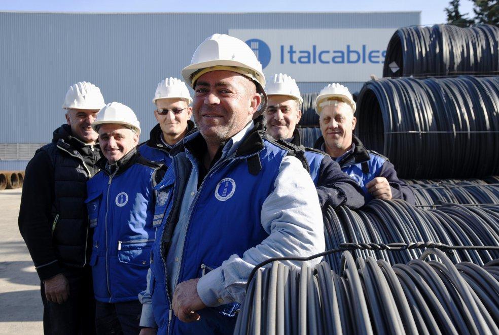 Caivano, gli operai dell'Italcables rilevano la fabbrica dopo il licenziamento