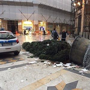 Napoli, assalto all'albero di Natale in Galleria Umberto. L'esercito sventa il furto