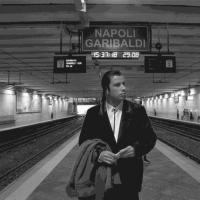 John Travolta spaesato alla stazione della Cirumvesuviana:
