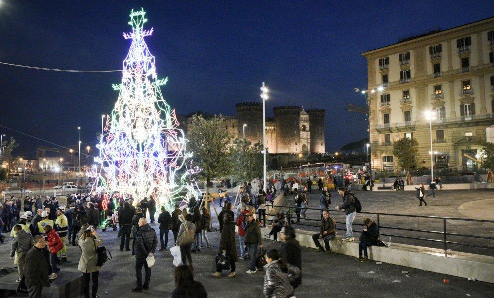 Immagini Di Napoli A Natale.L Albero Di Natale Davanti Al Comune Di Napoli 1 Di 1