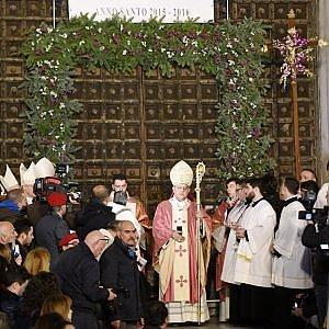 Giubileo il cardinale sepe apre la porta santa a napoli - Immagini porta santa ...