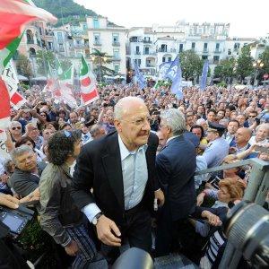 Legge Severino, il tribunale sospende il giudizio sul caso De Luca:  si deciderà dopo la Consulta
