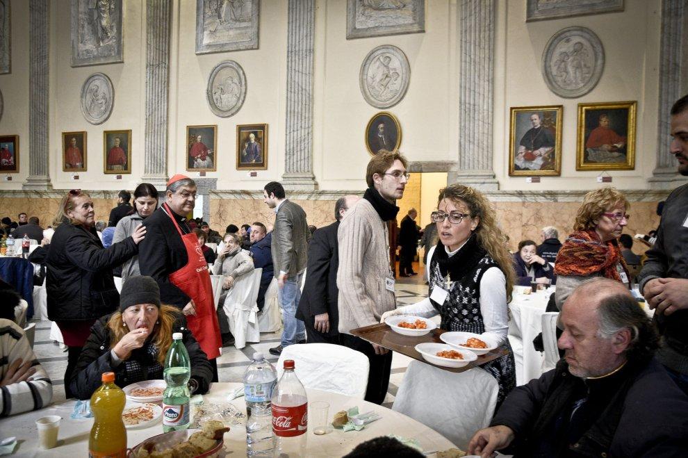 il cardinale sepe serve il pranzo per i poveri ospitato nel salone ...