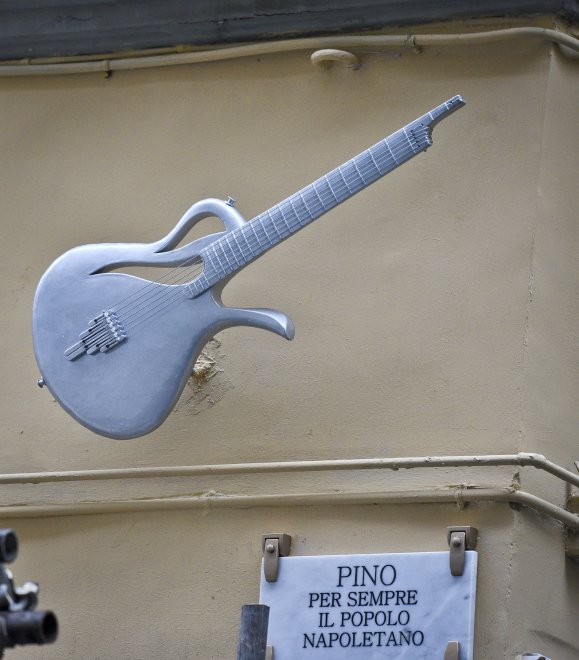 """La chitarra Paradise in via Santa Maria La Nova, ecco l'omaggio del popolo napoletano: """"Pino per sempre"""""""