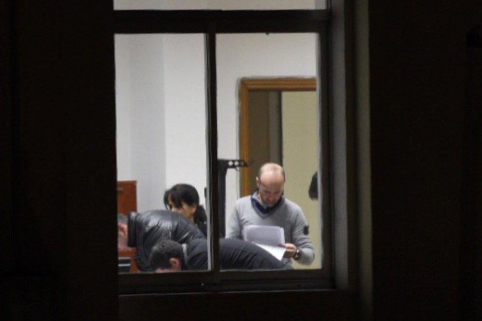 Il sindaco di quarto Rosa Capuozzo nel suo ufficio con i carabinieri