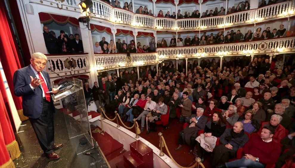 """Bassolino, convention al teatro Sannazaro: """"Ho lo spirito di un diciottenne"""""""