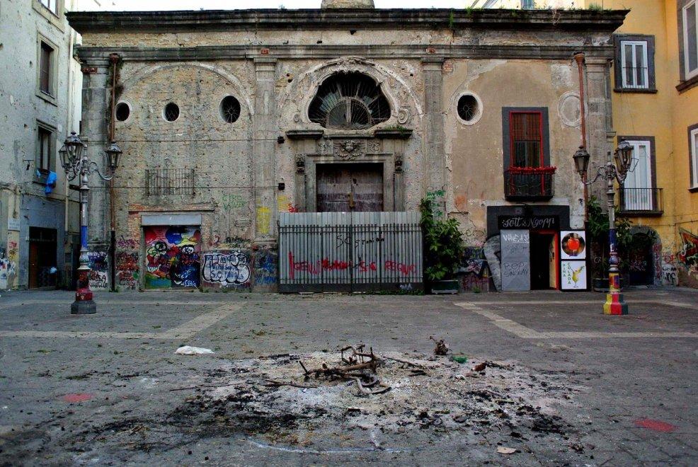 Rami, paglia e bidoni:  i resti dei falò di Sant'Antonio Abate a Napoli